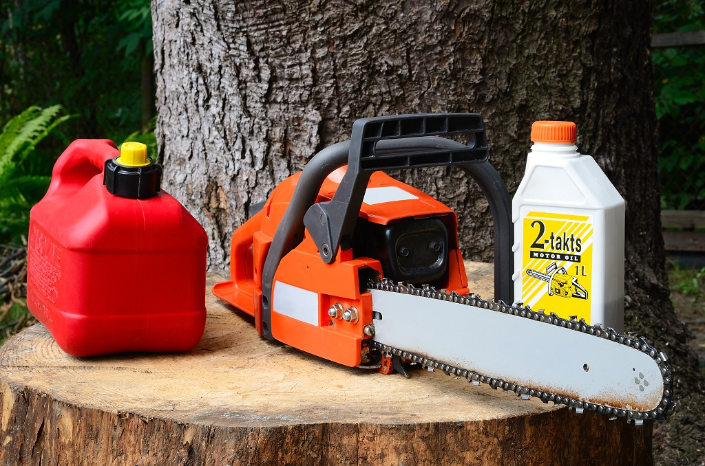 chainsaw and oil