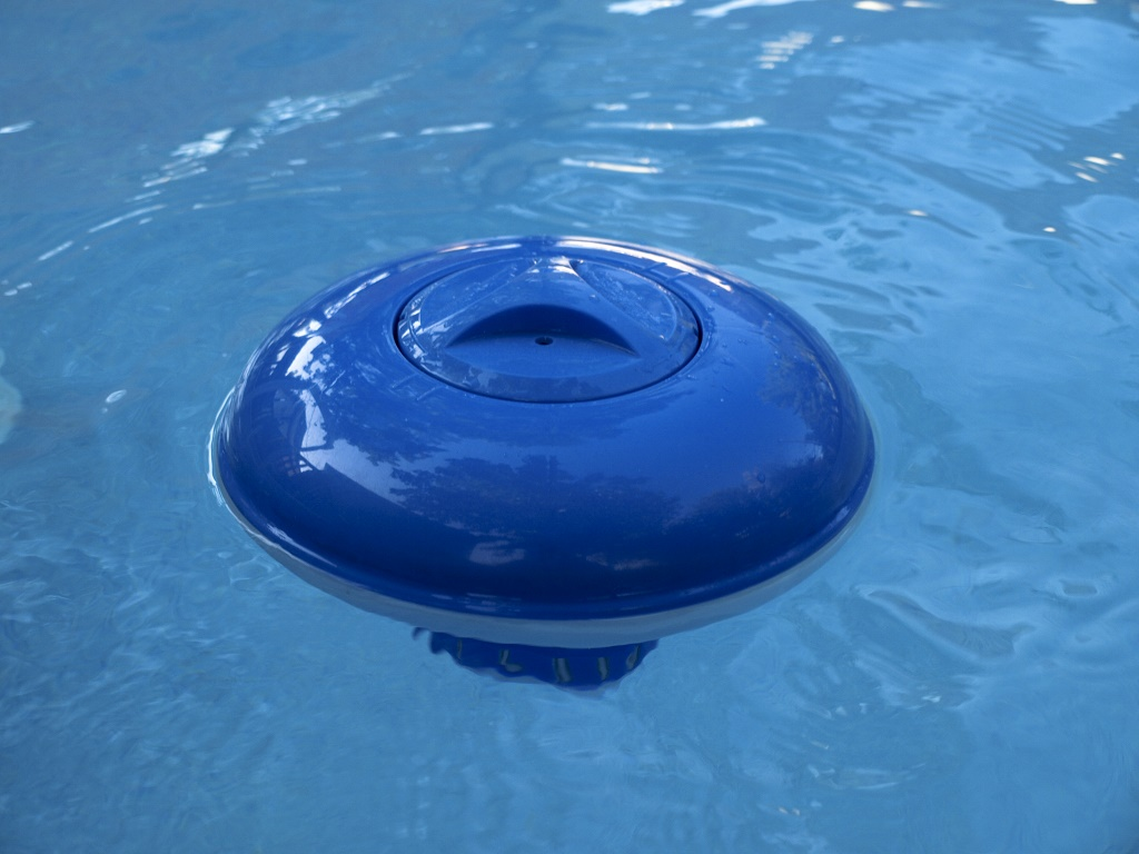 How much bleach to add to a pool keep the water clean - Swimming pool chlorine concentration ...
