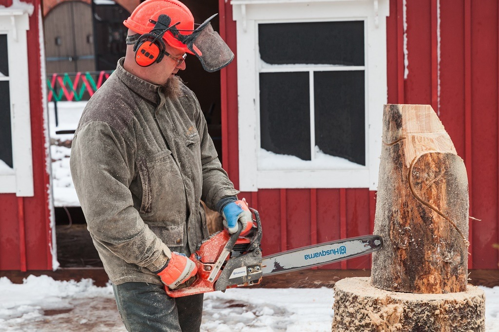 husqvarna chainsaw in action