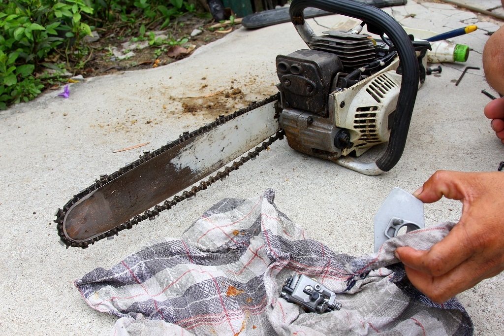 How to put a chain back on a chainsaw in 4 simple steps may 2018 clean the bar and the chain keyboard keysfo Images