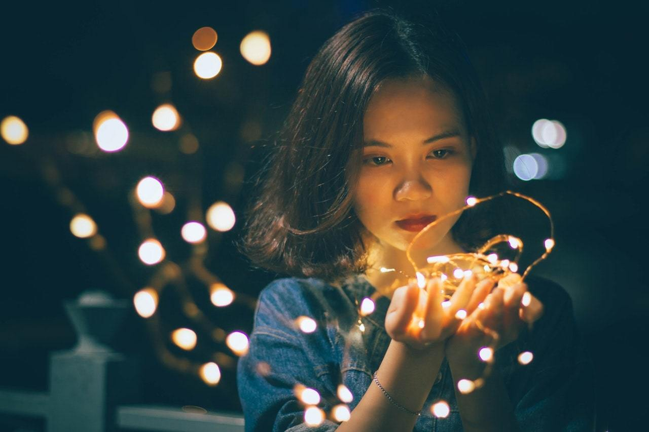 Woman holding handful of stringlights
